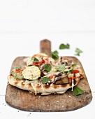 Mini-Gemüsepizza auf Holzbrettchen