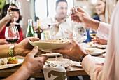 Menschen beim Essen und Trinken in einem italienischen Restaurant