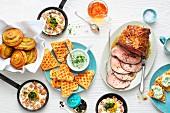 Brunchbuffet mit Kalbsbraten, Waffeln und Spiegelei mit Krabben