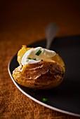 Ofenkartoffel mit Schnittlauch-Crème Fraîche