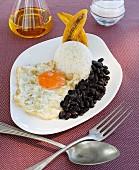 Schwarze Bohnen mit Reis, Spiegelei und Banane (kubanische Art)