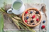 Gesunde Vollkorn-Cornflakes mit Beeren und Milch