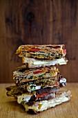 Stapel aus verschiedenen gegrillten Sandwiches