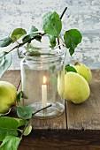 Kerze in Einmachglas mit Bügelverschluss (Windlicht) mit Quitten