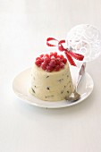 Eispudding mit Johannisbeeren zu Weihnachten