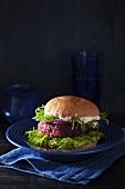Veggie-Burger mit Rote-Bete-Bratling, Avocadoaufstrich und veganer Sauce