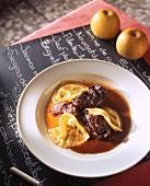 Rindfleisch in Apfelweinsauce mit Ravioli
