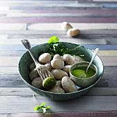 In Salz gebackene Kartoffeln mit grüner Sauce