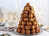 Croquembouche mit Karamellsauce zu Weihnachten
