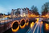 Leidsegracht und Keizersgracht im Dämmerlicht, Amsterdam, Niederlande