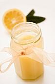 Zitronenmarmelade im Glas mit Chiffonband