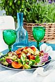 Gemischter Salat mit Pfirsich und Walnüssen