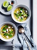 Mais-Avocado-Suppe mit Ziegenkäse und Koriander