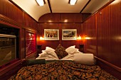 Bett in der Suite des Luxuszuges Rovos Rail (Fahrt von Durban nach Pretoria, Südafrika)