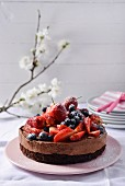 Schokoladentorte mit frischen Beeren