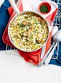 Reistopf mit Räucherforelle und Mais