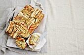 Pull Apart Bread mit Schinken, Käse und Pesto