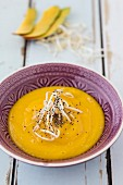 Smoothie-Bowl mit Mango und Sprossen