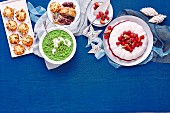 Weihnachtsbuffet mit Erbsenpüree, Kartoffeltörtchen und Kokos-Himbeer-Gelee
