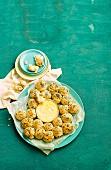 Mohnbrötchen mit ofengebackenem Camembert