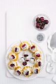Windbeutel mit Kirsche und weisser Glasur