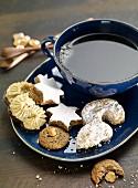 Verschiedene Weihnachtsplätzchen auf Teller mit Teetasse