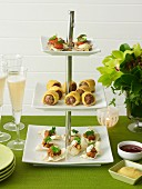 Minipizzen, Tandoori-Papadams und Wurströllchen auf Etagere
