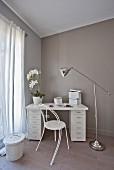 Weißer Schreibtisch mit zwei Schubladencontainern in der Ecke
