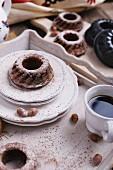 Frisch gebackene Schokoladen-Haselnuss-Napfkuchen mit Puderzucker und Zimt zu Ostern