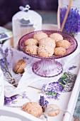 Glutenfreie Haselnussmakronen und Lavendeldeko