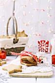 Weihnachtliche Shortbread Cookies mit weiss-roter Weihnachtsdeko