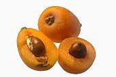 Loquats, ganz und halbiert