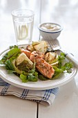 Salmon with cumin and cauliflower on lettuce served with a yoghurt sauce