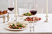 Geräucherte Forelle mit Wildkräutersalat dazu Rotwein