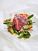 Thunfisch auf Pergamentpapier mit Romanesco, roten Linsen und Paksoi