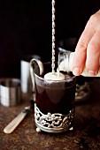Schwarzer Kaffee mit Likör und Sahne