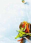 Bunte Gemüsesticks mit Avocado-Dip (Paleo)