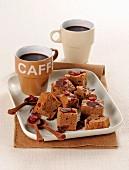 Brownies mit Schokolade und getrockneten Cranberries zum Kaffee