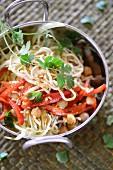 Asia-Nudeln mit Gemüse und Kichererbsen