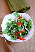 Purslane salad with peppers, mange tout and a sesame seed dressing