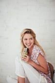 Frau trinkt einen grünen Smoothie