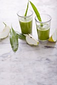 Pear and celery smoothie with spinach and plantain