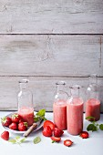 Strawberry smoothies with bananas, vanilla and lemon balm