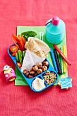 Pausenbox mit Fleischbällchen, Gemüsesticks und Fladenbrot