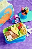Pausenbox mit frischem Obst, Sandwiches und Pfannkuchen
