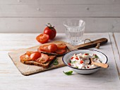 Proteinbrot mit Tomate und Paprika-Quark mit Basilikum