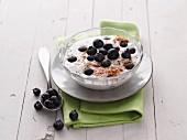 Joghurt mit Heidelbeeren und gemahlenen Haselnüssen