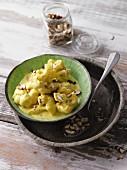 Blumenkohl in Currysauce mit Haselnüssen