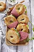 Vier verschiedene Bagel-Sandwiches