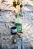 Getränke und Tischdeko zum Osterlunch auf einer Farm